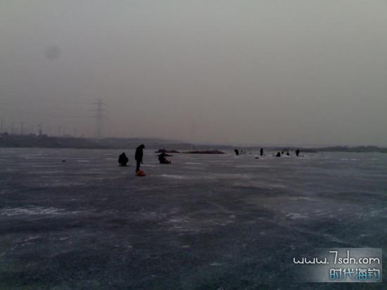 冬天冰钓小公鱼周围情况
